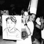Garçon 2 avec son portrait